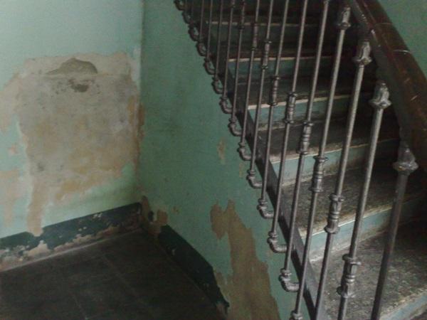 Umidità di risalita in un vano scale a Torino